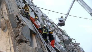 地震で崩れた建物で救出作業が続く