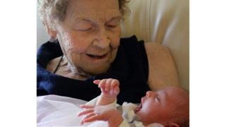 """นางเวรา ซอมเมอร์เฟลด์ วัย 96 ปี อุ้มเด็กหญิงแคลลี่ มาร์ช ผู้เป็น """"ลืบ"""" สืบเชื้อสายรุ่นที่หกของเธอ"""
