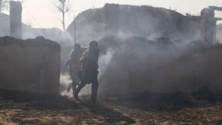 भारतीय गाउँले गोलाबारीका बेला भाग्दै