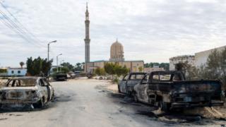 Une rue menant à la mosquée Rawda au Sinai où 235 personnes ont été tuées par des attaques à la bombe.