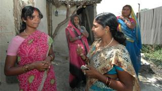 గ్రామీణ మహిళలకు ఆరోగ్యంపై సూచనలు చేస్తున్న ఆరోగ్య కార్యకర్త