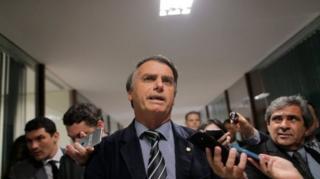 Bolsonaro rodeado por repórteres
