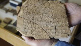 الواح هخامنشی در جریان کاوش های باستانشناسی در دهه ۱۹۳۰ در ایران کشف شده و به طور امانت در اختیار دانشگاه شیکاگو قرار داشته است