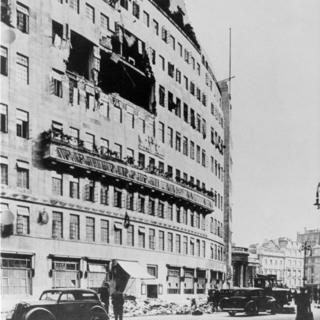 Broadcasting House con una gran abertura en una de sus paredes laterales debido a una bomba que entró por el séptimo piso y aterrizó en el quinto, donde explotó y causó la muerte de siete personas