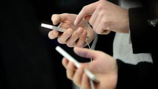 Руки с айфоном