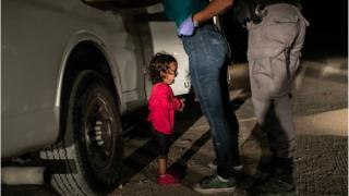 세계보도사진재단(WPP)은 해당 사진이 미국 트럼프 대통령이 내세운 반불법이민 무관용 정책의 '잔인성에 대한 경종을 울려 무관용 정책 철회를 이끌어낸 사진'이라고 평했다