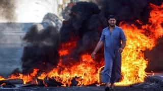 المتظاهرون أغلقوا طريقا يربط بين البصرة والعاصمة بغداد