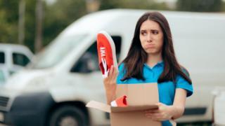 Compradora descontenta con unas zapatillas rojas.