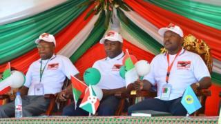 Gelase Ndabirabe (i bubamfu), ajejwe ibikorwa vya CNDD FDD; Gen Evariste Ndayishimiye (hagati) umukuru w'umugambwe CNDD FDD; Pierre Nkurunziza (i buryo) umukuru w'igihugu c'u Burundi