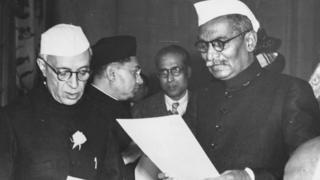 प्रथम राष्ट्रपती डॉ. राजेंद्र प्रसाद यांनी जवाहरलाल नेहरू यांना स्वतंत्र भारताचे पंतप्रधान म्हणून शपथ दिली, तो 30 जानेवारी 1950चा क्षण.