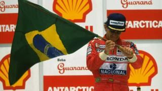 Ayrton Senna con la bandera de Brasil.