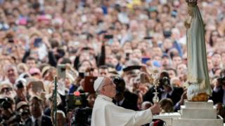 البابا فرانسيس خلال زيارة ضريج فاطمة بالبرتغال