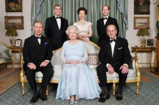 família real posa para uma foto formal antes de um jantar.