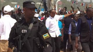 Prezida Paul Kagame (hagati akikujwe n'abamucungera umutekano) mu myiyamamazo