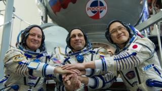 مصافحة أعضاء من رواد الفضاء على متن محطة الفضاء الدولية