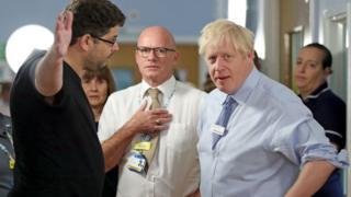 أب غاضب يوبخ رئيس الوزراء البريطاني بسبب الرعاية الصحية