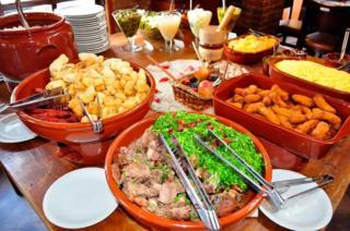 Mesa com comida típica mineira