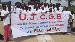 Les populations de Grand Bassam devant la stèle commémorative érigée à la mémoire des victimes des attentats du 13 mars 2016