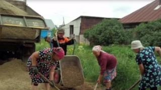 The women of Svedniy Bugalish repairing their own road
