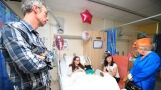 الملكة تتفقد أطفالا مصابين في المستشفى