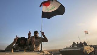 Musul'a zafer işareti yaparak ilerleyen Irak askerleri