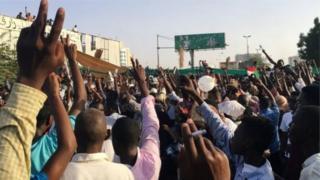 Des milliers de personnes prennent part aux manifestations antigouvernementales, devant l'état-major de l'armée, depuis vendredi.