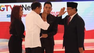 Capres nomor urut 01 Joko Widodo (kedua kiri) dan Capres nomor urut 02 Prabowo Subianto (kanan) saling memberi salam seusai debat capres 2019 disaksikan moderator di Hotel Sultan, Jakarta, Minggu (17/2/2019).