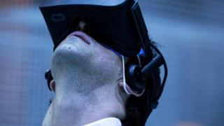 Homem usa óculos de realidade virtual