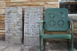 Каменные таблички с цитатами из Библии