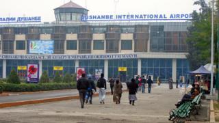 Аэропорт в Душанбе: люди идут с чемоданами