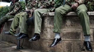 ضباط في الشرطة الكينية تظهر أحذيتهم