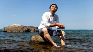 Юноша на камне у берега моря