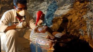 """พบวัตถุโบราณล้ำค่าในสุสานของช่างทองหลวง """"อาเมเนมฮัต"""""""