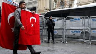 Чоловік з прапором Туреччини біля консульства Нідерландів у Стамбулі, 13 березня 2017.