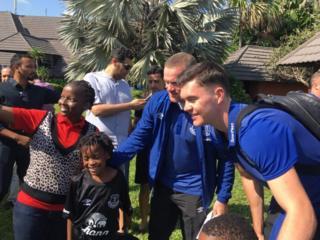 Urukino rwa mbere rwa Rooney (uwa kabiri i buryo) agarutse muri Everton rubera mu gihugu ca Tanzaniya