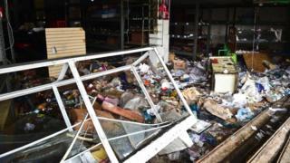 Valencia'da yağmalanan dükkanlar