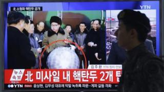 北朝鮮の国営テレビは金第1書記が核装置を視察したとする映像を流した(9日)