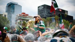 Torcedores mexicanos comemoram a vitória do país em partida da Copa da Rússia