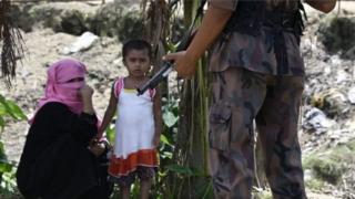أعلنت بنغلادش عن خطط لبناء مخيمات لأكثر من 400 ألف شخص قرب مدينة كوكس بازار .