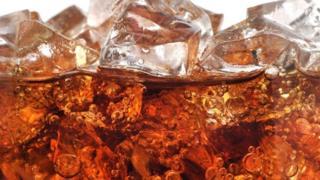Vaso de Coca-Cola con hielo