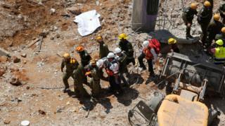 Спасатели на месте обрушения здания в Тель-Авиве