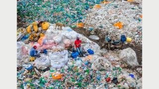 Свалка Дандора #3, переработка пластика, Найроби, Кения, 2016 год: эта свалка - одна из крупнейших в мире. Фото Эдварда Буртинского (Flowers Gallery, London/Metivier Gallery, Toronto)