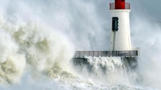 إعصار قوي يضرب وحدة للأرصاد الجوية