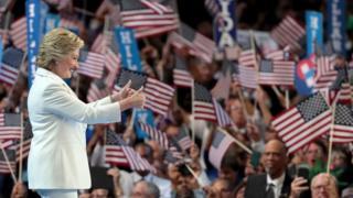 党大会最終日、歓声に応えるクリントン氏(28日)