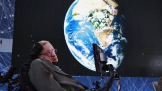 Фізик Стівен Хокінг на сцені у Нью-Йорку