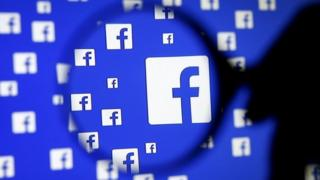 Logotipo de Facebook visto con una lupa