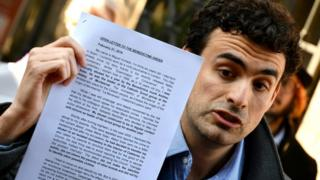 Miguel Hurtado protestando en Roma