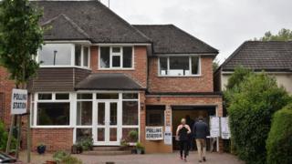 伦敦Croydon一处借用民宅车库的投票站(8/6/2017)