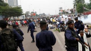 Police fire tear gas give protesters for di capital, Kinshasa.