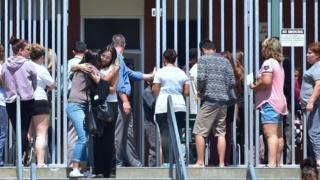 Padres esperan a sus hijos en la escuela Cajon